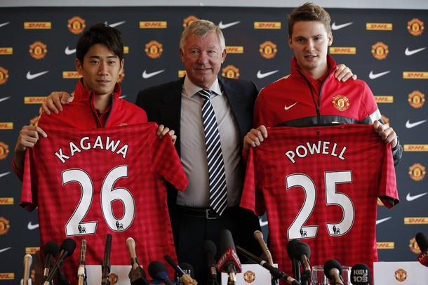United's new signings Kagawa & Powell with the gaffer at the press-conference - http://t.co/ZdzCll7x