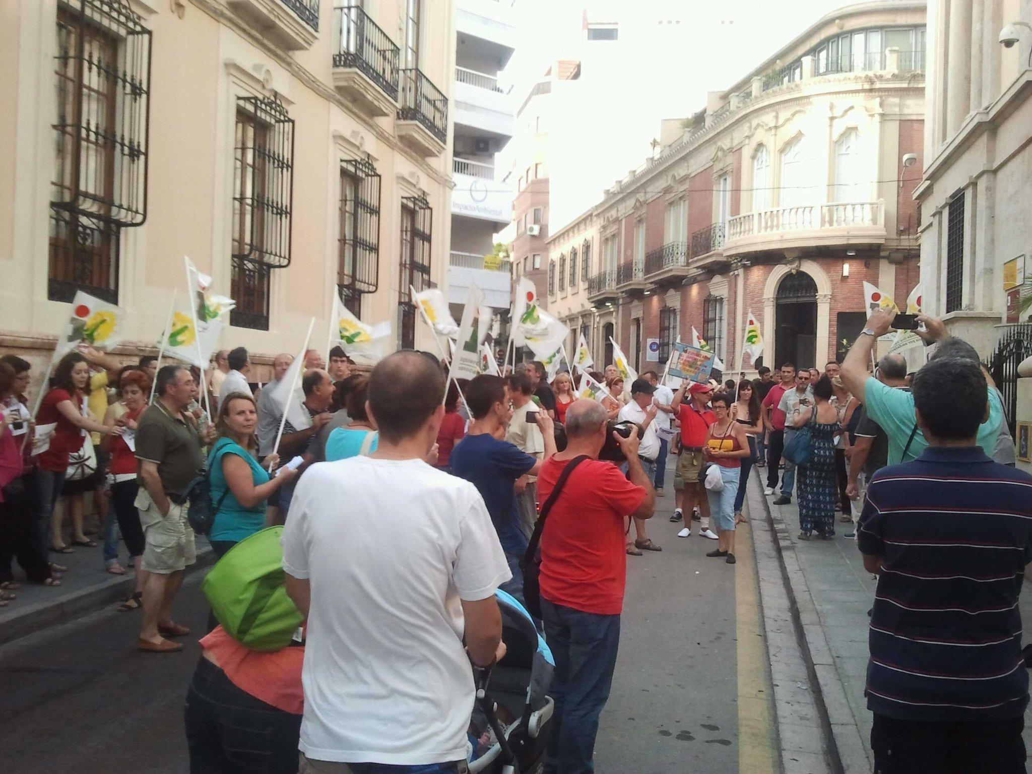 Unas 150 personas en la sede de la subdelegacion de gob d #almeria Estamos hartoss!! http://t.co/Vt3fUdRM