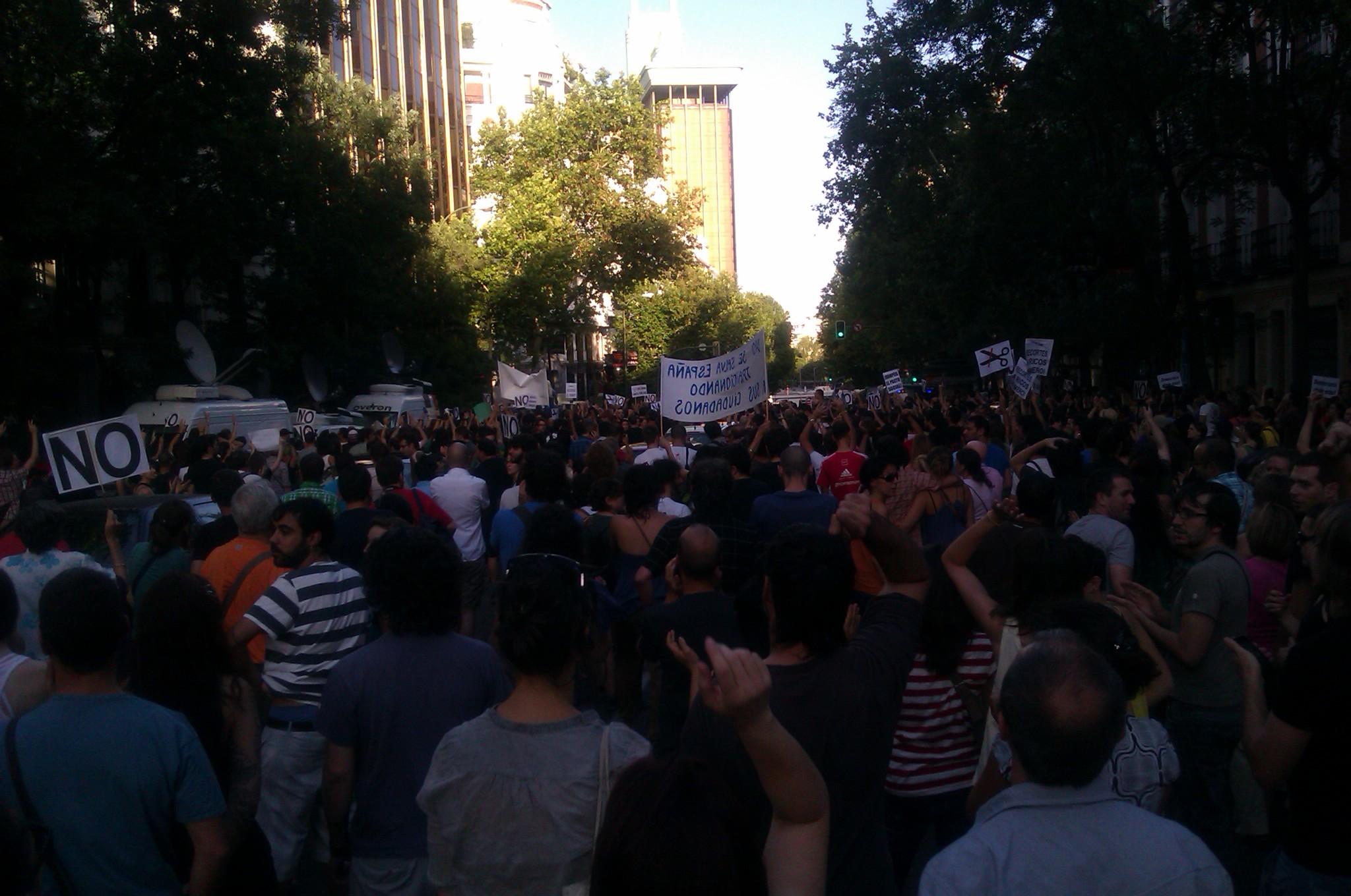 RT @RocioRBS: Cortada Génova completamente y un momento de tensión con la gente corriendo hace 2 minutos. #alacalle #quesejodan http://t ...