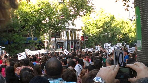 Miles de personas en sede del PP.Por lo visto Rajoy preguntó¿cuánto queda para que empiecen las Olimpiadas? #quesejodan http://t.co/l2hCtzDP