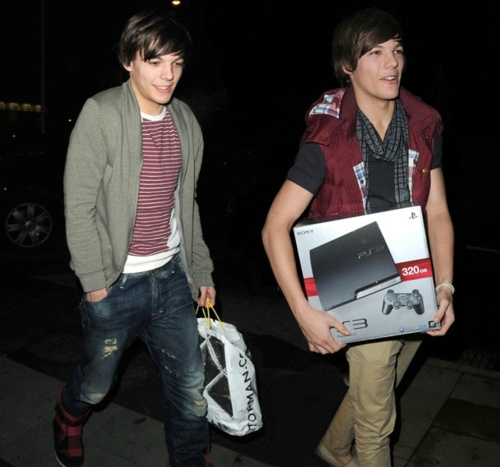 RT @1DCentral_: The Tommo brothers back in the X Factor days after going shopping together! http://t.co/iEAeEZjW