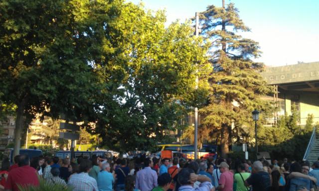 RT @aurusa: Unas 250 personas se concentran ya para recibir a #Rajoycobarde bajo un fortísimo control policial http://t.co/YBYJPtPp
