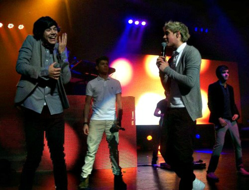 RT @TeamTomlinsonn: niall singing to harry, and him fangirling. http://t.co/oqbEavx5