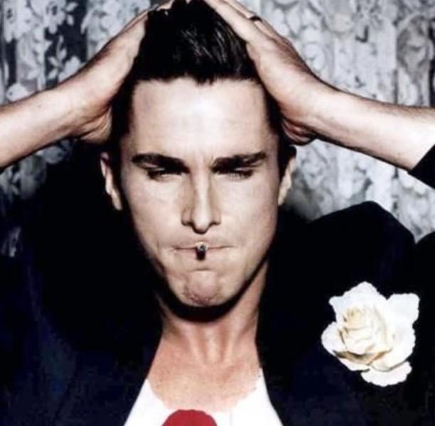 Batman acteur Christian Bale weet hoe hij een bloem moet dragen! #ChristianBale #Batman foto: http://t.co/F1uUwmip