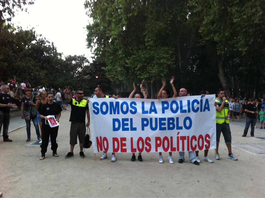 La pancarta mas aplaudida de la mani. Gran ovaci?n a su llegada a Cibeles @voz_populi http://t.co/8fUW9bNY