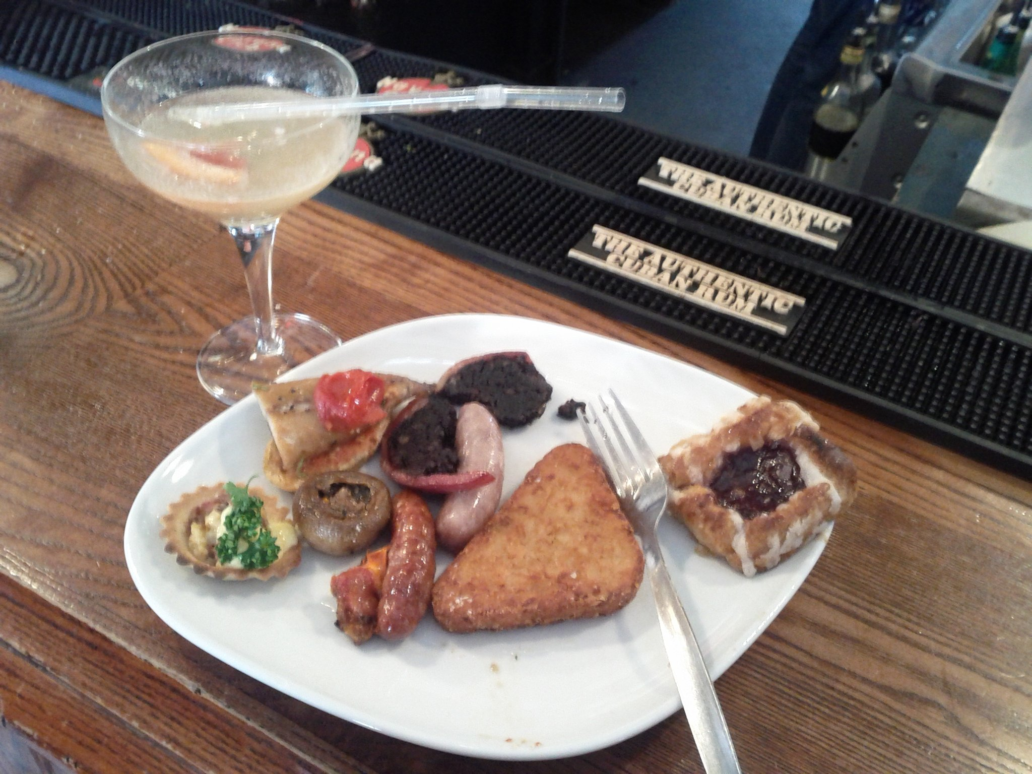 Free breakfast & grapefruit Bellini - THANK YOU NOKIA! Great start to Saturday's #tramlines http://t.co/045LtVMG