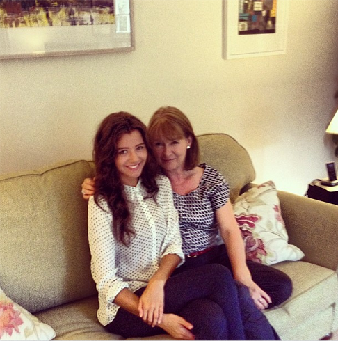 RT @EleanorMA_: Eleanor and her mom for Eleanor's birthday / Eleanor et sa maman pour son anniversaire. Awww http://t.co/DLwQdb90