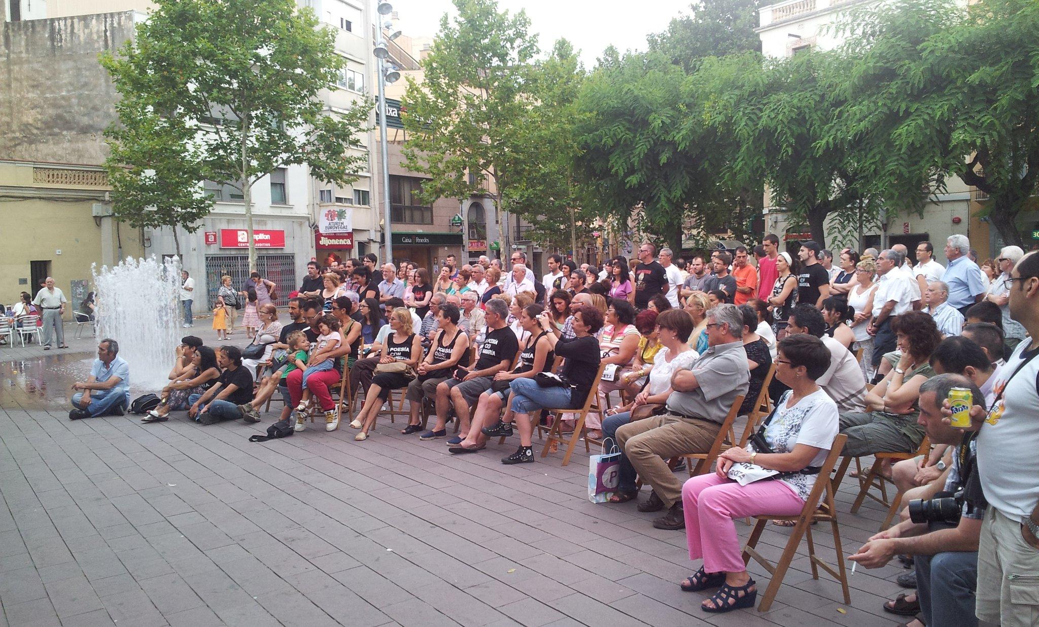 ara mateix tornem a omplir la plaça de #santboi solidaritat amb la #resistenciaminera http://t.co/u3YytPkq