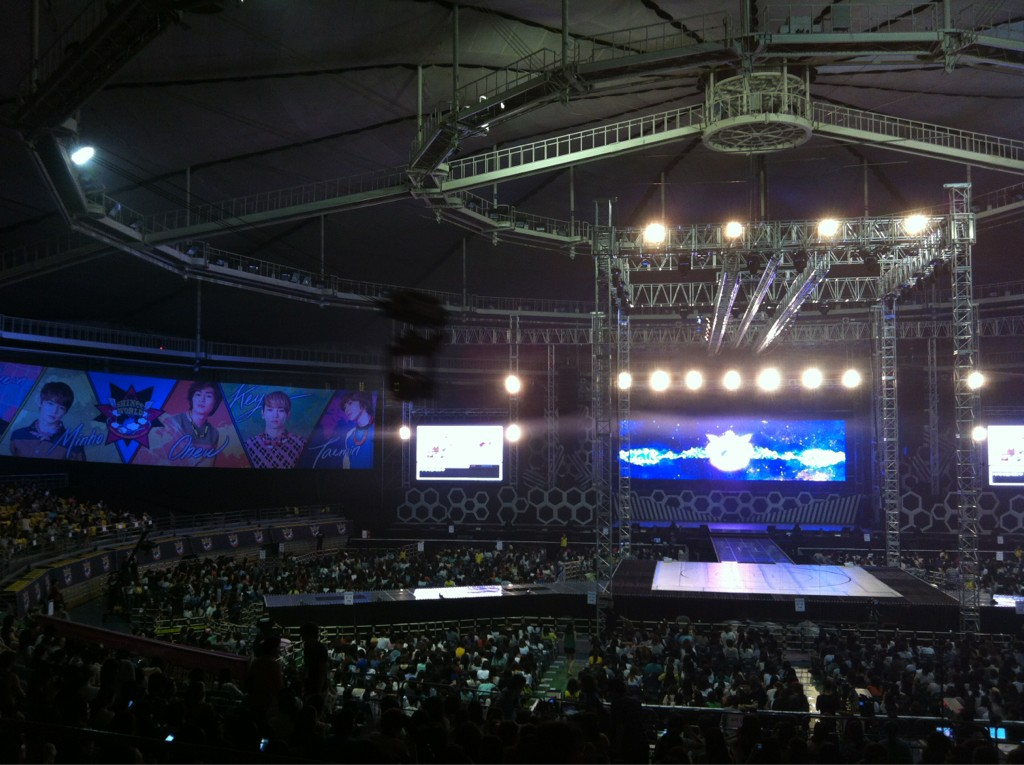 RT @sgXCLUSIVE: Looks good! RT @xinmsn_en Waiting for SHINee World II to start. Here's the stage. Full house for tonight as well - YING  ...