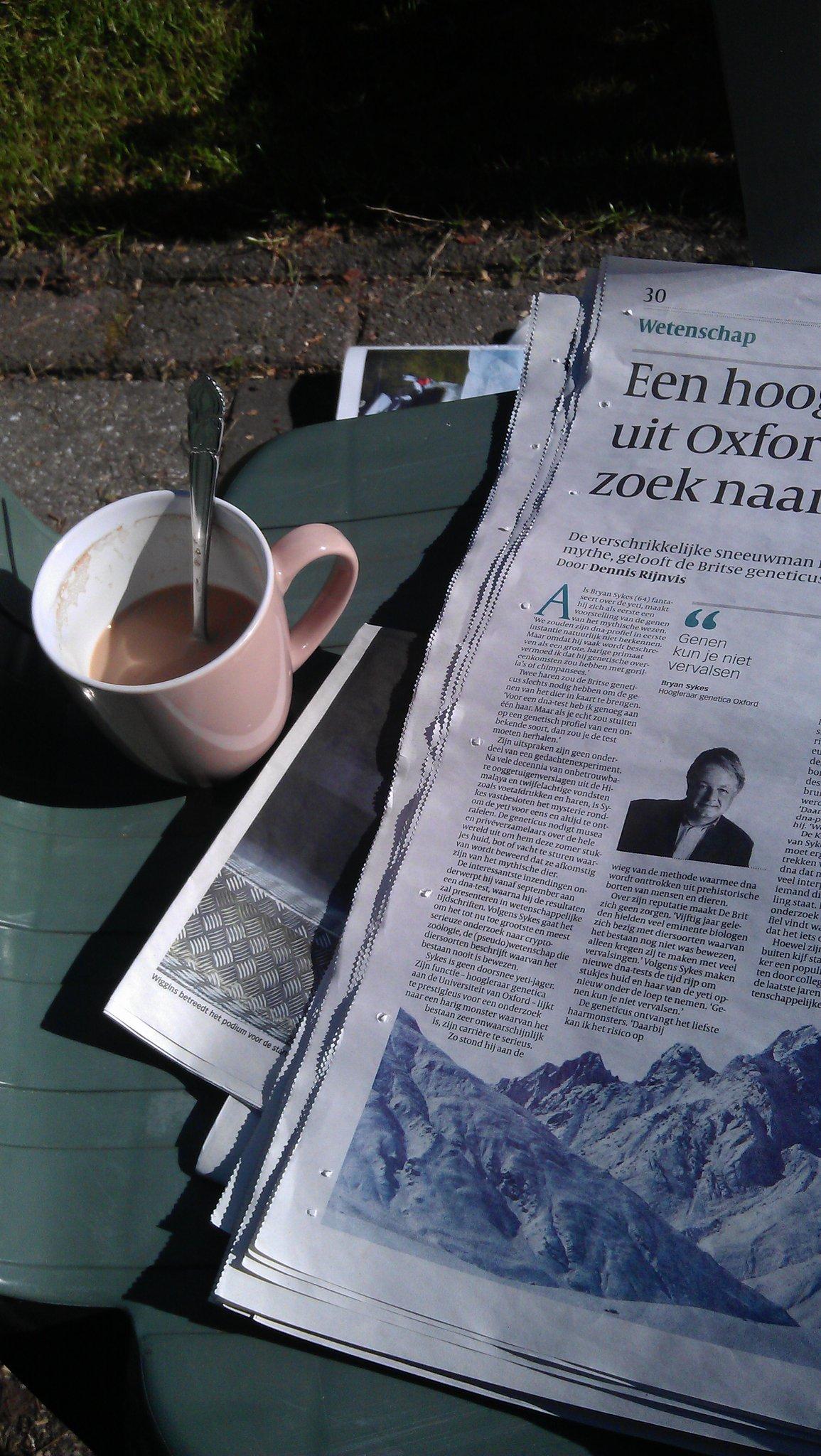 Volkskrant, koffie en zon. En dat allemaal in de tuin van mijn lief. Veel beter dan dit wordt het niet... #gelukkig http://t.co/aEH0WDpP
