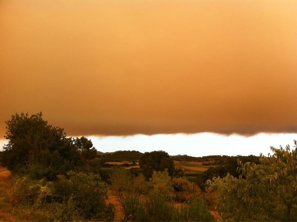 RT @jordimercader86: Foto de l'Empordà amb el Montgri de fons. El cel dividit pel fum #incendi #emporda #lajonquera http://t.co/vveKJpUE