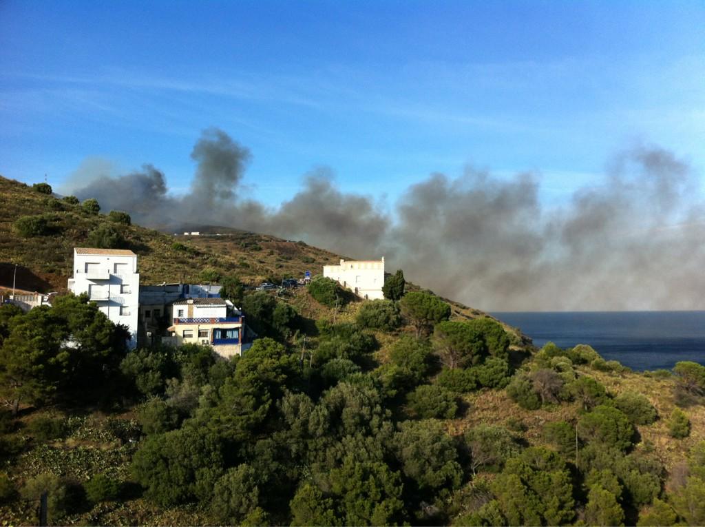 @diariARA @LaVanguardia columna de fum a Portbou, bombers, policia. Foc a la duana!! http://t.co/0GWJvXdx