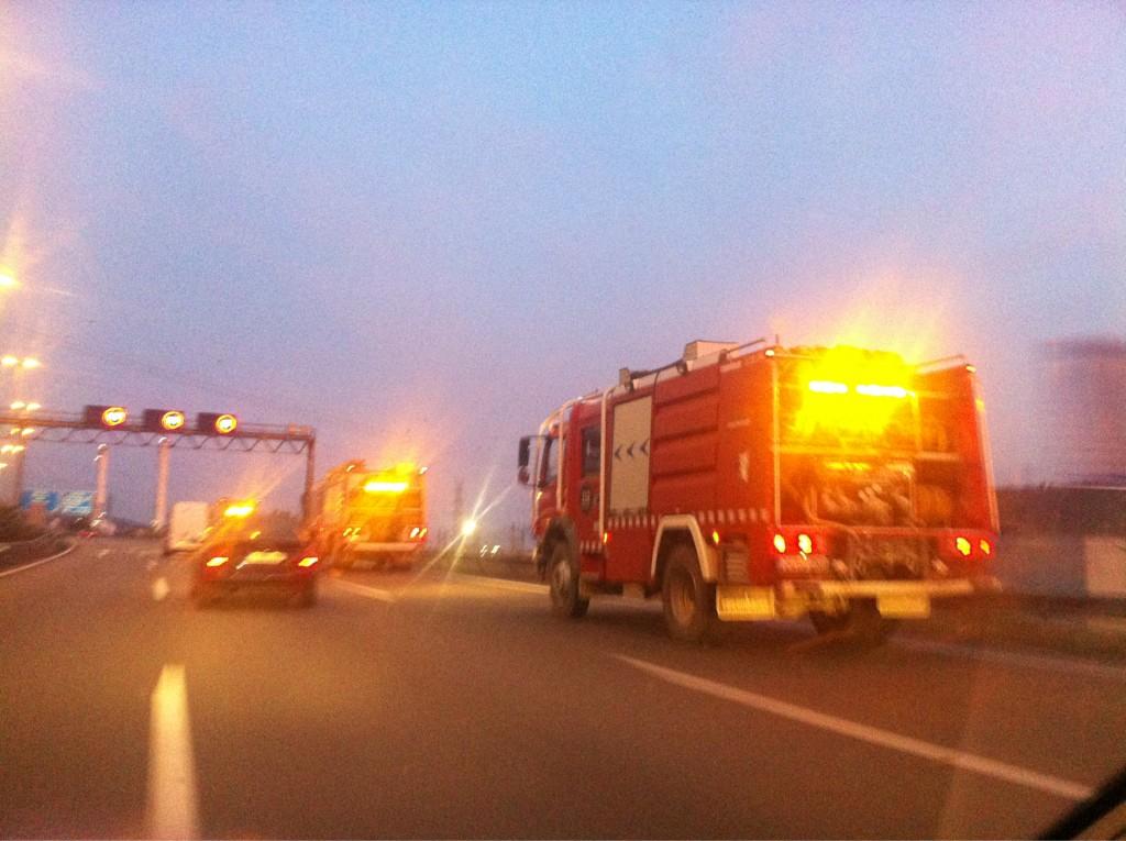 RT @candelafigueras: Bombers pujant cap a la Jonquera des de la zona de #vilafranca  #incediemporda http://t.co/OaFY75Pl