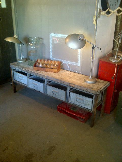 Mooi! Eigen spoor 38 ontwerp. Industrieel tv meubel. Oud houten blad met metalen laden. 166 lang, nu in de winkel! http://t.co/zHhrGy4T