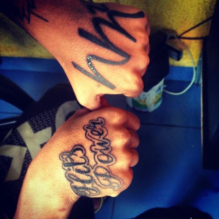 Novas tatuagens do meu mano @ticonhardc... mlk zica! #Hitspower e #NemMaiorNemMelhor. Noiz mlkbom! http://t.co/dJru5JSB