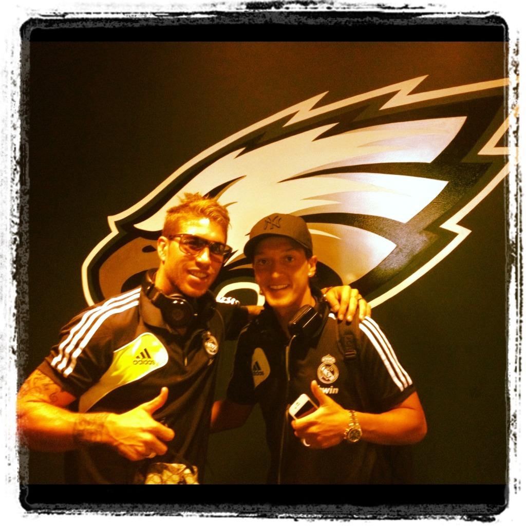 RT @SergioRamos: Fotito en el vestuario con mi bro @MesutOzil1088. http://t.co/RtyOShkN