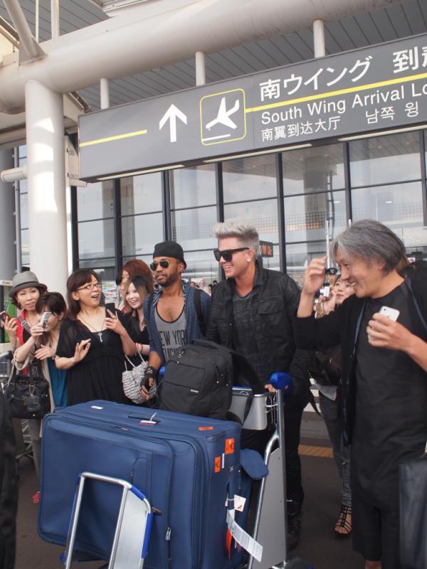 暑い中空港まで来てくださったみなさま、ありがとうございました! Adam was happy to see his Japanese fans at the airport! #アダム来日 http://t.co/ievVXlxA
