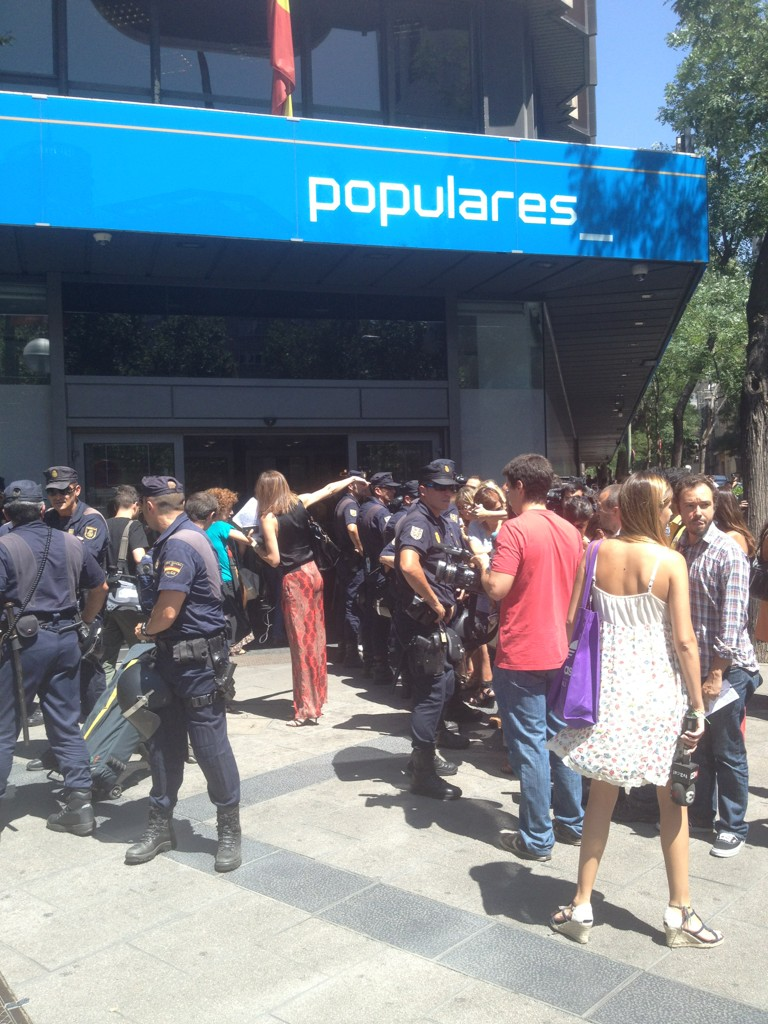 Otra foto del cerco de los antidisturbios a la prensa en la sede del PP ahora mismo en Génova http://t.co/2UlgVK09 v/@PauladeLasHeras