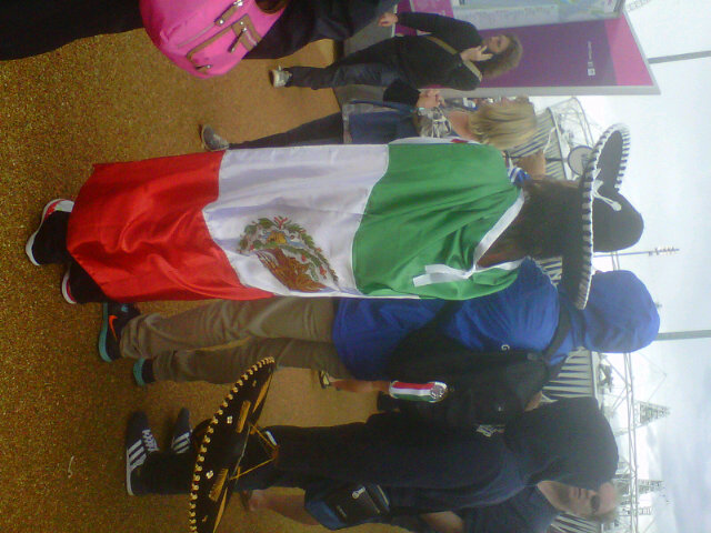 Mexicans looking for directions at the Olympic Park... / 'Done ando?!' Mexicanos perdidos en la Villa Olimpica... http://t.co/rR2u4O1A