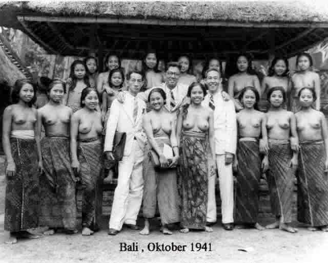 Teaching in Bali..These look like some very very happy teachers! #Bali 1941 http://t.co/sJuE5Ik5
