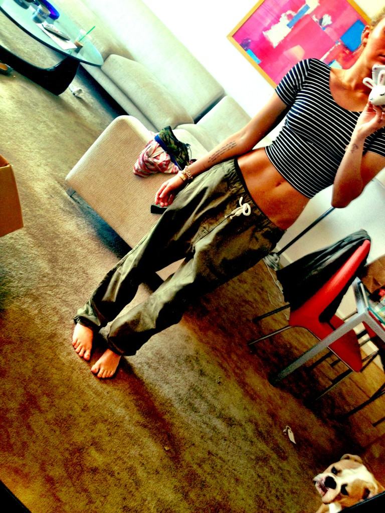 """""""@MileyCyrus: my 'Fiance' jeans. but for real though. http://t.co/vroa1JQZ"""" holy perfect body... okay me too. ��"""