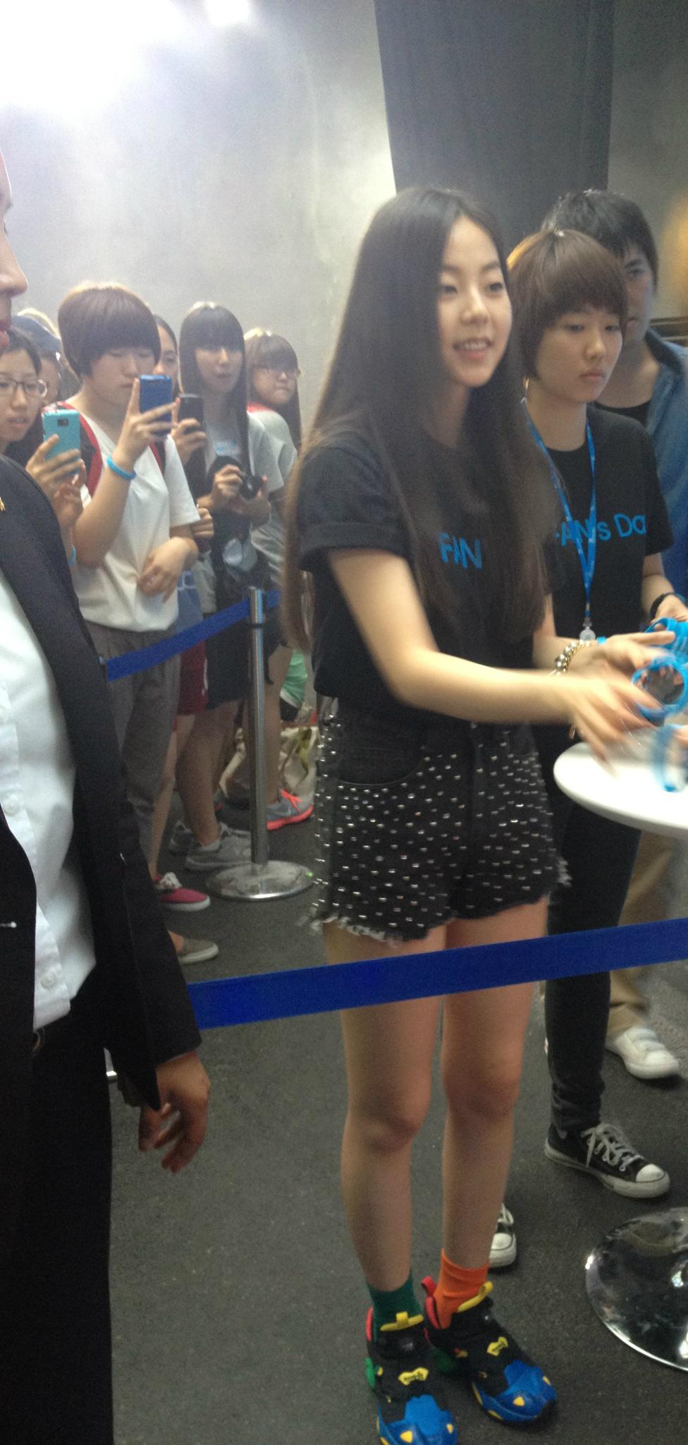 [JYP Fan's Day] Sohee greets fans with bracelet http://t.co/sH80ukCg