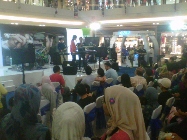 Paragon Semarang @badaikerispatih @samuELTRINO perform cc @infosemarang http://t.co/hZBPVYWj
