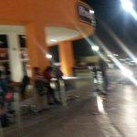 Mucha gente esperando taxi y los taxistas no se quieren parar @miltonandree @IsidroLopezV http://t.co/Kcjwi0KFQK