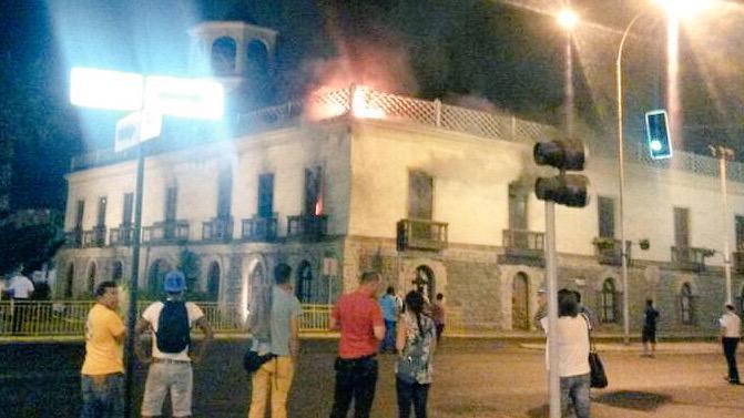 Tremendo: se quema la Aduana de #Iquique, donde fueron depositados los restos de Prat tras combate naval  de 1879 http://t.co/6j6p1bamyR