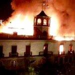 "FOTO @Margaritacer: Que tristeza mas grande, se queman años de nuestra historia en incendio a ex aduana en #iquique  http://t.co/6sgaP1Uyz4"""