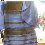 Y tú... ¿De qué color lo ves? Nosotros lo vemos azul y negro  FAV si azul y negro  RT si blanco y dorado http://t.co/FHKLSm7RGd #TheDress
