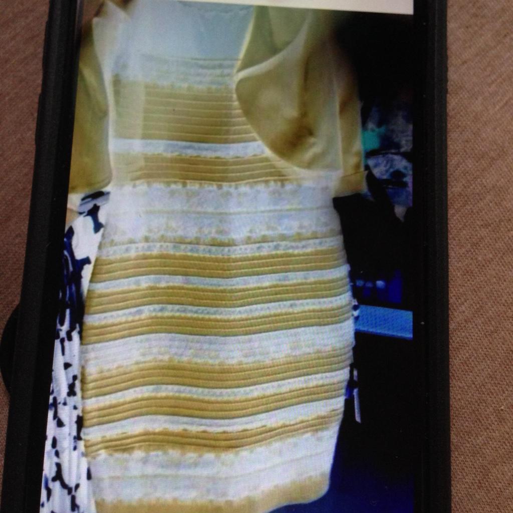 青と黒とか金と白でモメてるやつ、青と黒にしか見えないんだけど色調反転したら金と白になったよ http://t.co/i2SNVfuwG2