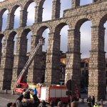 Finalmente los Bomberos de Segovia convencen al hombre y baja en la auto escala sin consecuencias http://t.co/3NoI42G9ZL