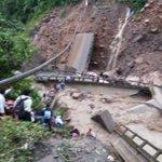 Puente se cae entre Cochabamba y Santa Cruz,se lleva vehículos, e inician búsqueda de víctimas http://t.co/uIsB5lTATE http://t.co/BRP6RDLDR1
