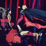 بالفيديو: شاهدوا مادونا أثناء سقوطها على المسرح! http://t.co/lUx16wNAVl http://t.co/U84EjO5yre