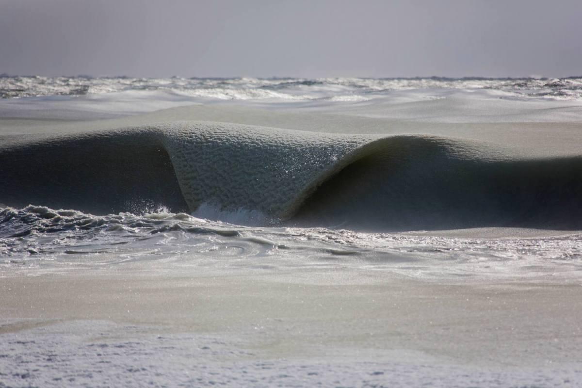 Olas en un mar a punto de congelarse. Agua marina en un estado similar a un granizado. Vía @guardian @BeaTurquesa http://t.co/ZnrOTyl77l