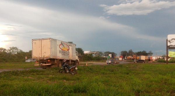 #AgroOlhar Protesto deixa 7 cidades desabastecidas e caminhoneiros liberam pista só em Cuiabá http://t.co/VD4kldkh3o http://t.co/hCWza9l2Pu
