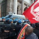 I Movimenti cercano di riprendere piazza del popolo #MaiConSalvini http://t.co/XjMtBxRpRc