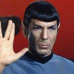"""Леонард Нимой, сыгравший в том числе Спока в """"Стар Треке"""", умер в возрасте 83 лет. Светлая память. http://t.co/HvWi5PYCu9"""