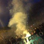 Il popolo di Roma dopo aver preso cariche e fermi a pzz Flaminio sfila per le strade e grida forte #MaiConSalvini http://t.co/tkW3acSieJ