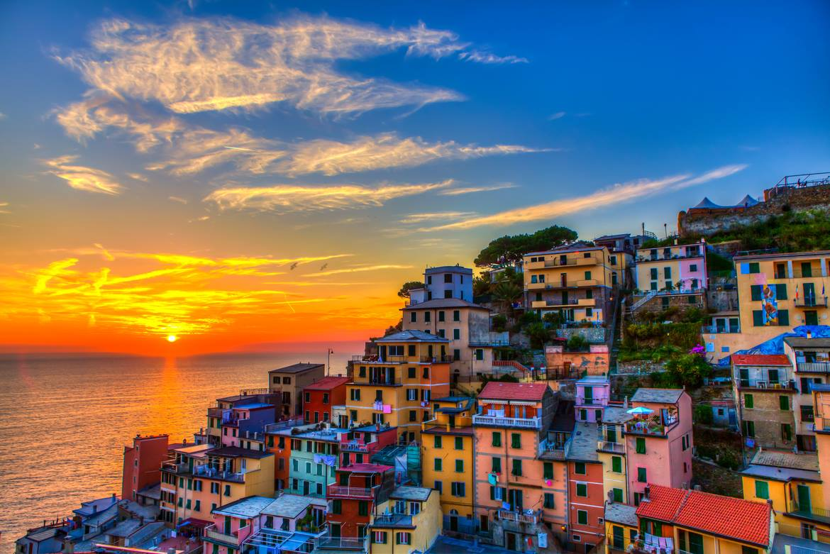 Beautiful sunset in Riomaggiore #cinqueterre [pic by G. Bozzia https://t.co/Q42GF4xc69] http://t.co/fGIDRjngP0