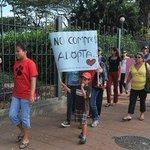 PRIMER PLANTÓN CONTRA LOS VENDEPERROS, marchando hacia Lomas y Calle Quinta, foto de @eluniversocom http://t.co/Wn23C4Rcmr