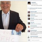 FH ironiza ataques de Dilma segurando nota de Real. http://t.co/uPWQRkHRb6 http://t.co/VscYZUZDyn