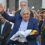 Miles salen a despedir a José Mujica en Montevideo; él les da las gracias: http://t.co/VJ1gjrQQY5 http://t.co/NPSQFcDGbX