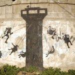Artista anônimo Banksy grafita escombros na Faixa de Gaza http://t.co/BmoZJk4Rea http://t.co/r8KME5kxk8