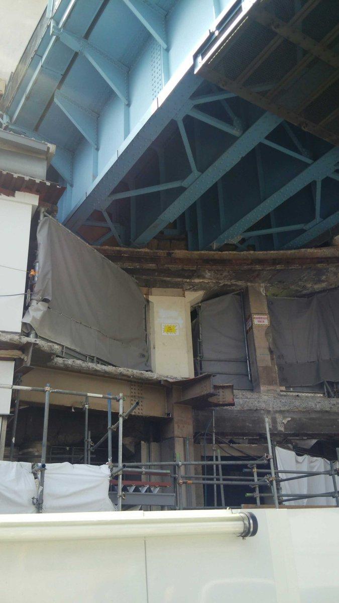 お出かけ、鉄道、土木:渋谷、東急百貨店東横店のビル解体が進み、ビルと一体になっていた東京メトロ銀座線の高架橋構造物が露出している。「注意 この躯体撤去しない」「銀座線重要施設体 接触注意」といった注意書きが読み取れる。東京都渋谷区 http://t.co/Bg9YHfODfz