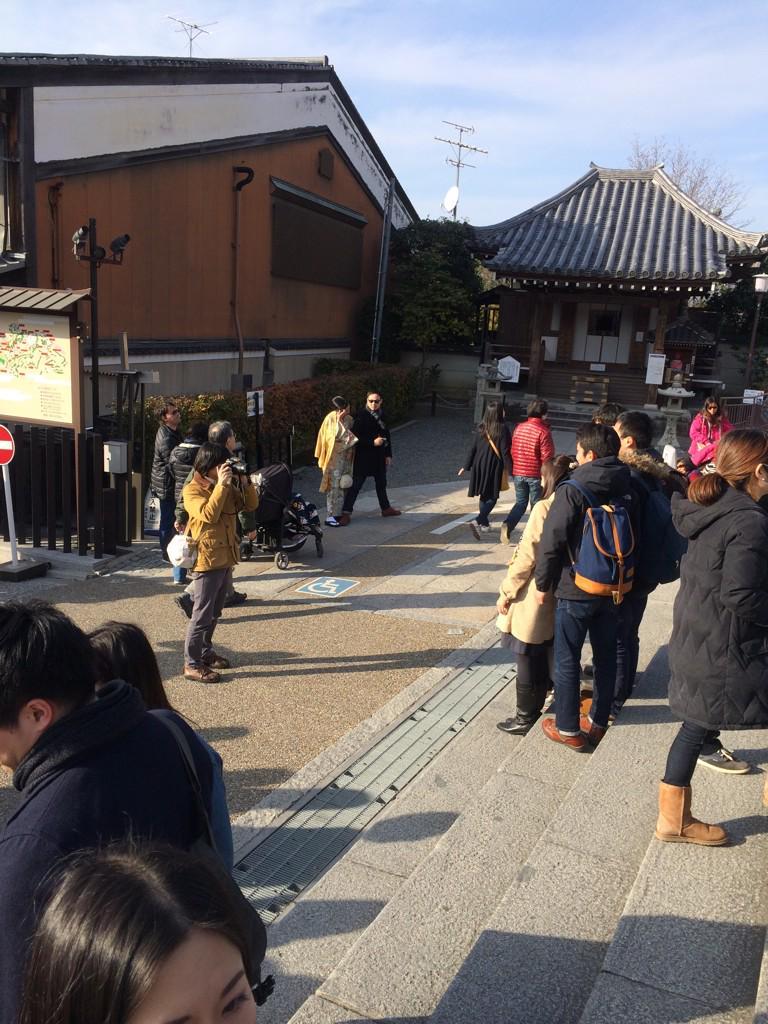 清水寺で写真撮影を頼まれる山内くん http://t.co/qCssCUeThB