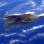 (IT) E improvvisamente mentre voliamo sopra il Pacifico...lisola di Hawaii con i suoi vulcani! http://t.co/pcXyfLWFDU