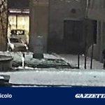 Pugni ai passanti, riconoscete luomo nelle foto? Lappello dei carabinieri - http://t.co/31dPVQV2DZ http://t.co/CeD38DMv7B