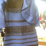 Blanche et or… ou bleue et noire… ?! Je crois surtout que cette robe est moche! http://t.co/zvUj1WvF4p